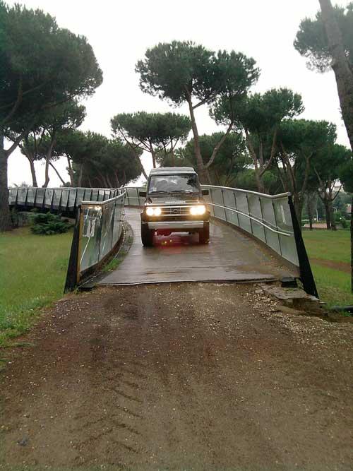 Anche fuoristrada sul ponte ciclopedonale di Villa Pamphili