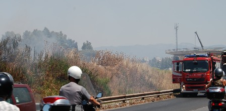 Incendio divampa tra le sterpaglie di via Casilina