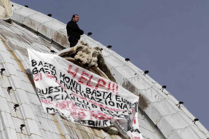 Niente più Roma per tre anni per l'impreditore salito sulla cupola di San Pietro