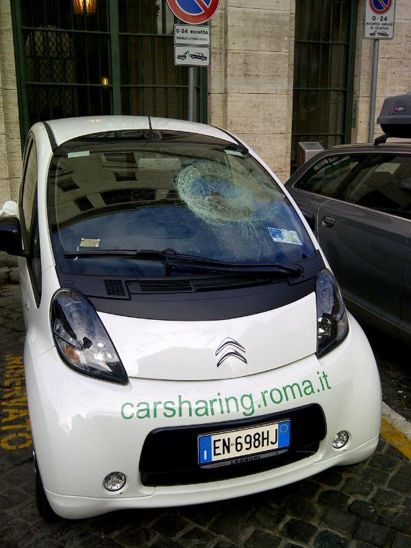 Car sharing, vandali danneggiano auto elettrica