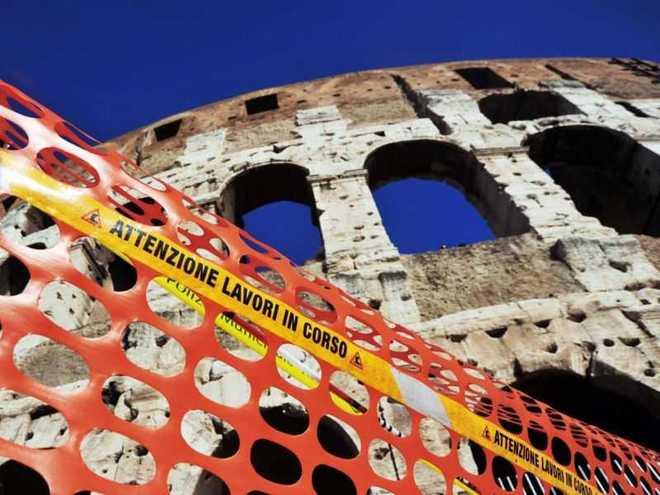 Il Colosseo soffre e i politici litigano