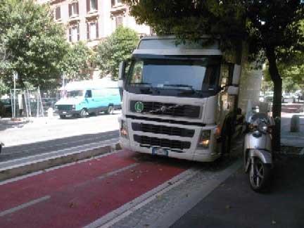 Pista ciclabile o parcheggio abusivo?