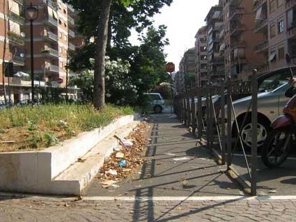 Piazza Aruleno Celio Sabino di nuovo in balia dei rifiuti