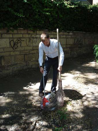 Il consigliere del XVI Municipio Marco Giudici, con scopa e raccoglitore, pulisce alcune strade del quartiere Colli Portuensi