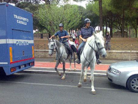 Ecco la pattuglia a cavallo della Polizia al Parco degli Acquedotti