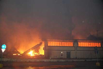 Incendio divampato in un capannone di Mercatone Uno nei pressi di via dell'Omo