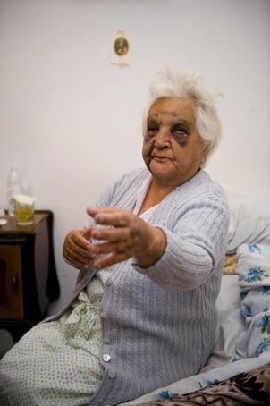 Anziana picchiata e derubata in parrocchia al Quarticciolo