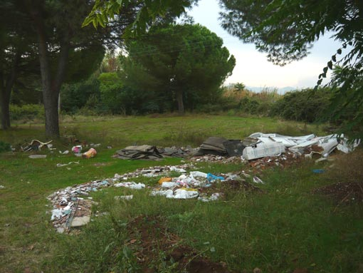 Piccola discarica nel parco tra via Tor Tre Teste e via Lanari
