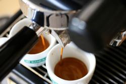 Caffé, prezzo maggiorato se sei un rom
