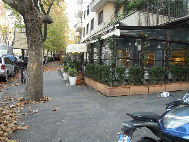 Viale Parioli: rispettare il marciapiede pubblico