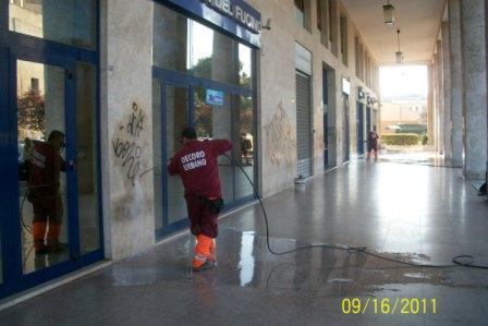 Rimosse dall'Ama 2 mila mq di scritte murarie nel X municipio