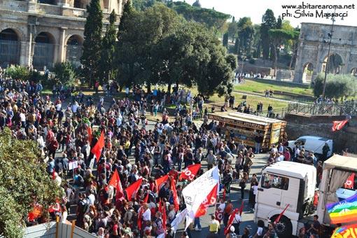 Roma a fuoco e fiamme. Manifestazione pacifista sfociata nella violenza