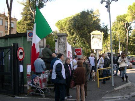 Tornano a manifestare i residenti di via Gradoli