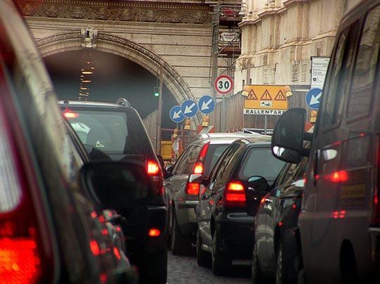 Smog, giovedi 1° dicembre ferme le auto con targa dispari. Martedì 29 novembre stop ai veicoli più inquinanti