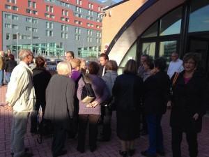 Il consigliere municipale Luca Arioli con alcuni iscritti del Centro Anziani al termine dell'incontro in V municipio il 14 ottobre