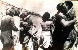 Abbracci in piazza dopo l'annuncio dell'armistizio, l'8 settembre 1943