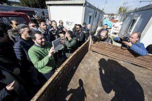 Matteo Salvini durante una visita al campo Rom di via Salviati a Roma, 24 febbraio