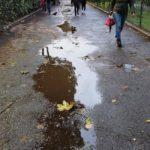 Pozzanghere nella stradina che porta alla scuola Balabanof