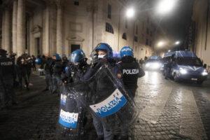 Forze dellÕordine al presidio in piazza del Popolo a Roma, 24 ottobre 2020