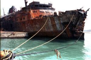"""Il traghetto Moby Prince reduce dall'incendio a seguito della collisione con la petroliera """"Agip Abruzzo"""" il 10 aprile 1991.ANSA"""